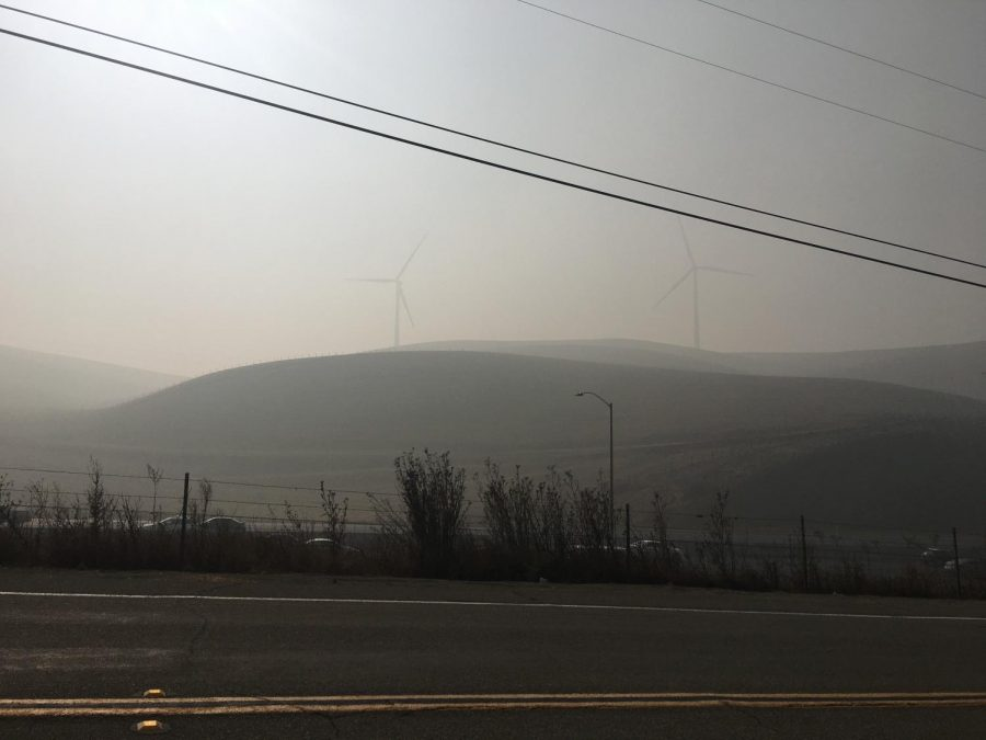 Smoke+fills+the+air+around+the+Altamont+Pass%2C+obscuring+the+iconic+hills+and+windmills+on+the+way+into+Livermore.+